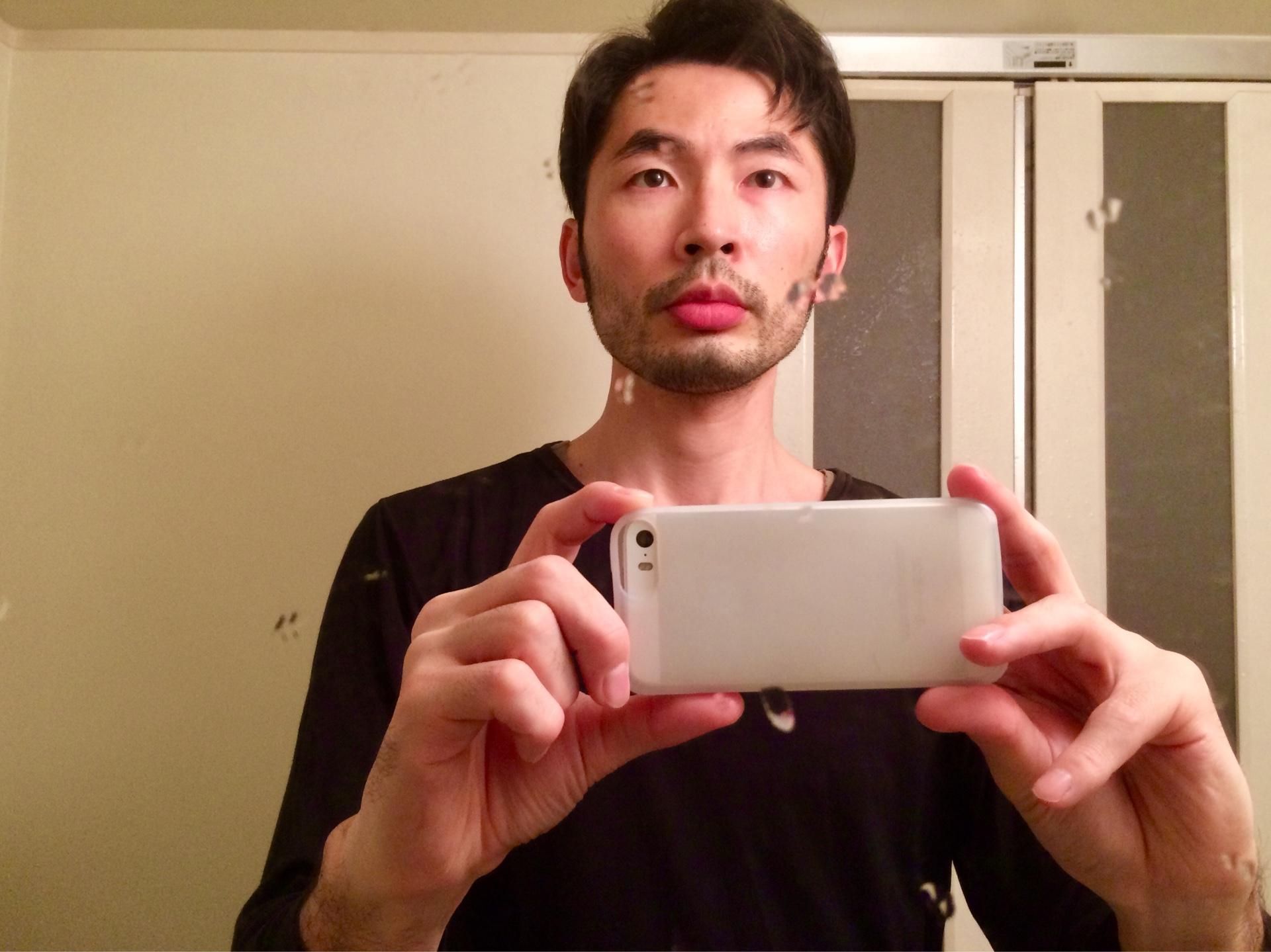 ひげ面の写真を撮る男性