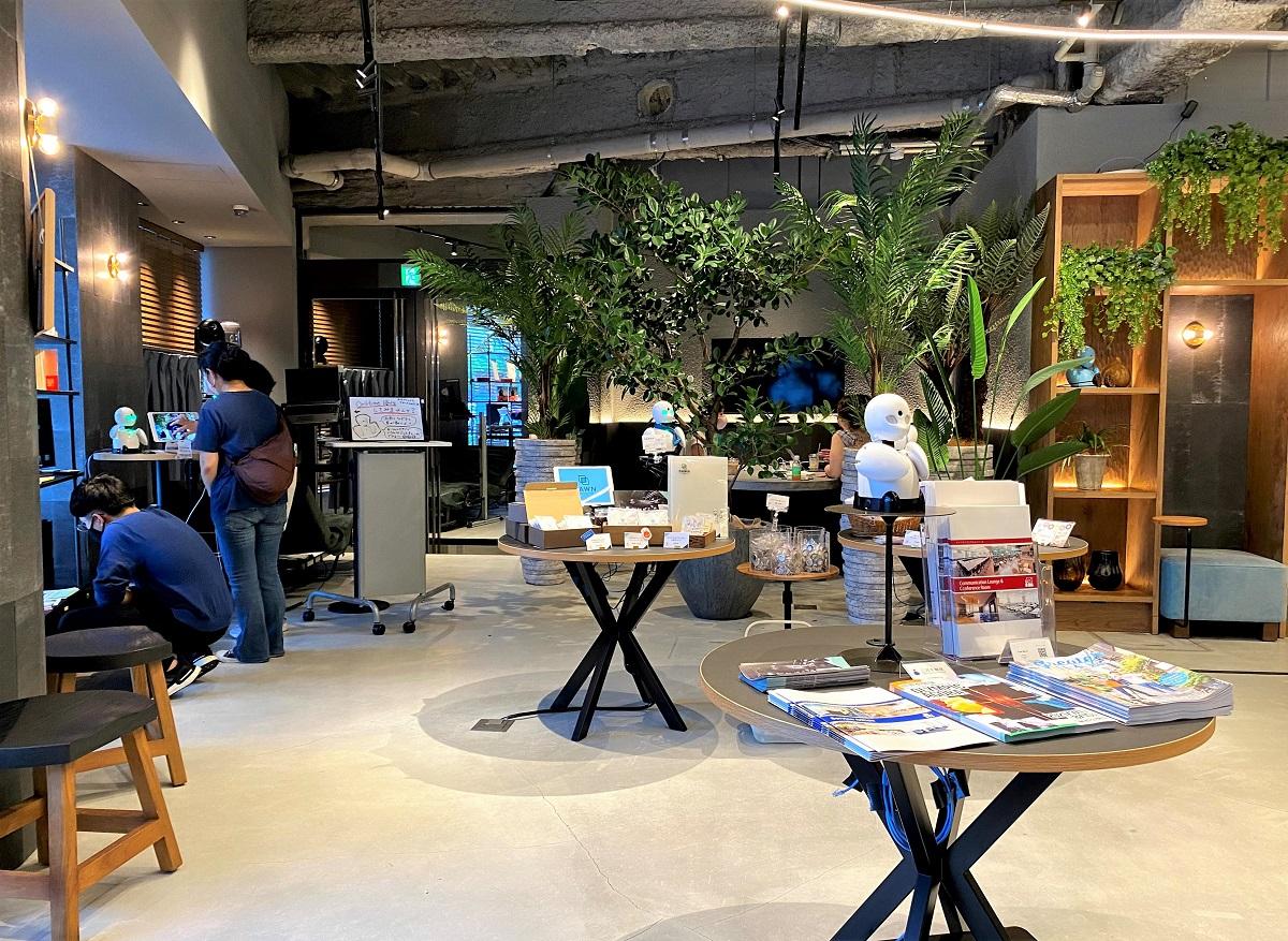 分身ロボットカフェの待合・物販スペース